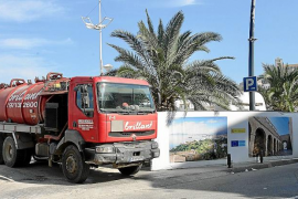 Continúan las labores de limpieza del vertido de fecales en el puerto de Ibiza