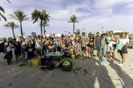 BLOND:ISH limpia Platja d'en Bossa para concienciar sobre la basura que llega al mar