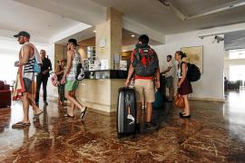 Los hoteleros pitiusos dicen que prohibir el alcohol en el 'todo incluido' reducirá la competitividad