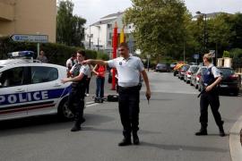 Estado Islámico reivindica el ataque con cuchillo cerca de París, que deja dos muertos