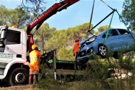 Recuperan un turismo que se precipitó tras un choque frontal contra otro coche en Jesús