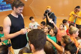 Pau Gasol sorprende a los niños de l'Escola d'Estiu de Santa Eulària