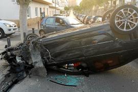 Un joven que circulaba sin carné acaba volcando tras golpear a ocho coches en la vía Romana de Vila