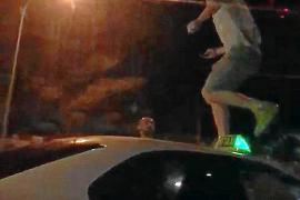 Un turista drogado protagoniza un violento episodio sobre un taxi en Ibiza