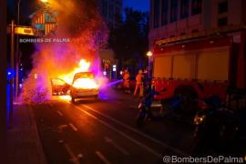 Un virulento incendio calcina un coche en Palma