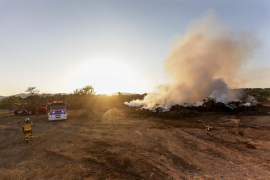 Bomberos e Ibanat extinguen un incendio de rastrojos en las obras de la carretera de Santa Eulària