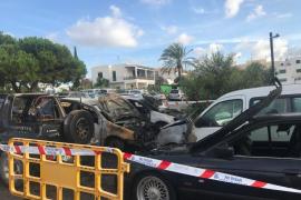 Un aparatoso incendio quema siete coches en un parquin de Ibiza