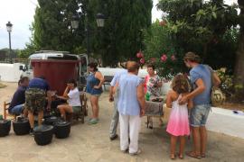 Los vecinos de Jesús elaboran el vino payés tras la 'fonyada' del lunes siguiendo la receta tradicional
