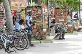 Una docena de denunciados en Sant Antoni por venta ambulante, alcoholemias o drogas
