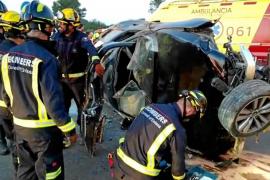 Heridos leves tras atravesar una rotonda y acabar volcando en la carretera de Sant Antoni
