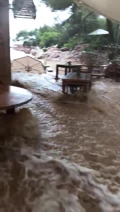 Vídeo | Una tromba de agua causa numerosos incidentes y hunde un barco en Es Cubells