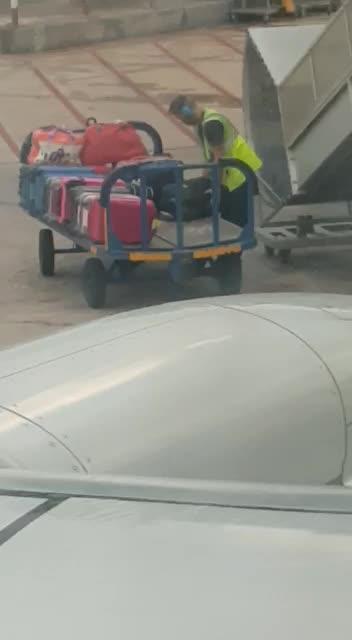 Vídeo | Un operario del aeropuerto de Ibiza roba en una maleta mientras la descargaba de la bodega del avión