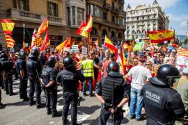 Los Mossos impiden el enfrentamiento entre manifestantes a favor y en contra del catalán en Barcelona