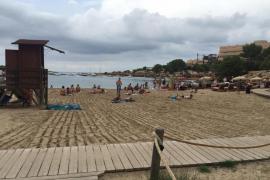 Sant Josep refuerza la limpieza de sus playas tras las tormentas del fin de semana