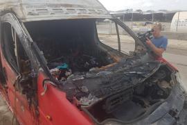 Los bomberos extinguen un incendio que calcinó una furgoneta repleta de enseres en es Gorg