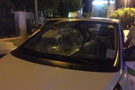 Triplica la tasa de alcohol tras volcar y chocar contra un taxi en Sant Josep