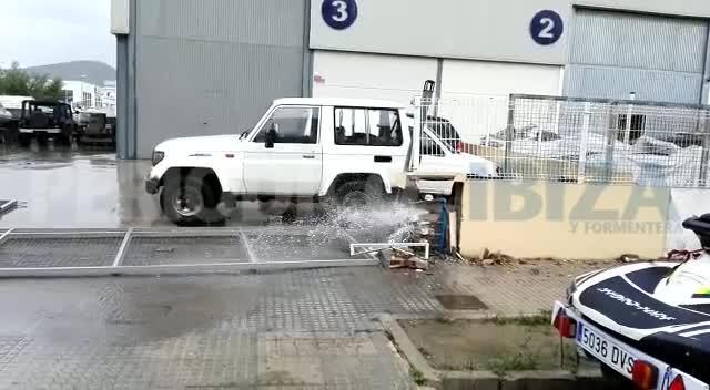 Destrozada la entrada de una nave de Montecristo tras una colisión contra otro vehículo