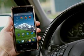Casi la mitad de padres utiliza el móvil al volante con sus hijos en el coche