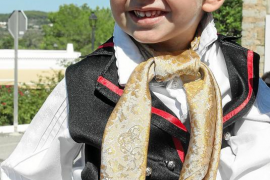 El día en que Marc estrenó su primer traje de 'pagès' en Sant Mateu