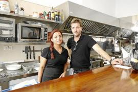 Los nuevos concesionarios del bar del Mercat Nou abrieron ayer sus puertas