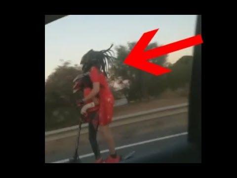 Un adulto y un menor circulan en patinete eléctrico por la autovía