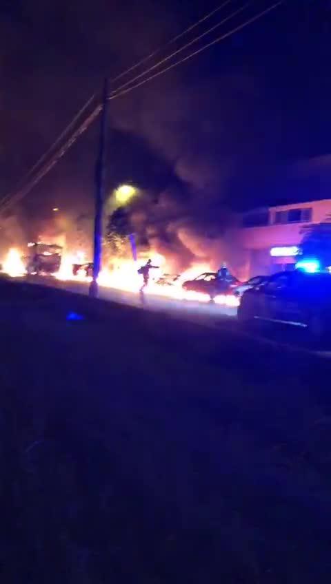 Un espectacular incendio arrasa un autobús y varios coches en Sant Jordi