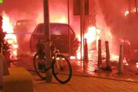 Un espectacular incendio arrasa un autobús y quema varios coches, motos y mobiliario urbano en Sant Jordi