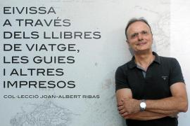 Joan-Albert Ribas: «Las guías de viaje acabarán siendo objetos de coleccionista como los sellos o los Madelman»