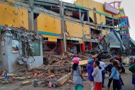 Las víctimas mortales por el terremoto y el tsunami en Indonesia superan ya las 840