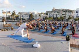Yoga para todos en el Puerto de Ibiza con Verónica Blume y Katy Sainz