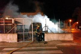 Investigan la intencionalidad de un incendio que calcinó una veintena de vehículos en la Savina