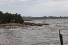 Los equipos de rescate buscan en el mar un coche en el que podría haber más víctimas