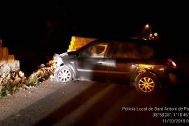 Un conductor pierde el control y colisiona su coche contra un muro en Sant Antoni