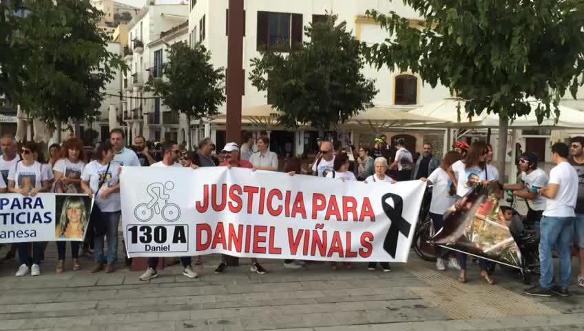 """Centenares de familias se manifiestan contra los conductores """"kamikazes"""" en Ibiza"""