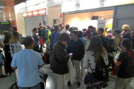 Cientos de ibicencos, obligados a pernoctar en Barcelona por la cancelación de sus vuelos