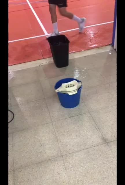 Vídeo | Goteras en el pabellón deportivo de Es Pratet durante un entreno