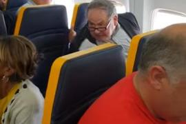 Un pasajero racista 'la lía' por tener al lado a una mujer negra y Ryanair la cambia a ella de asiento