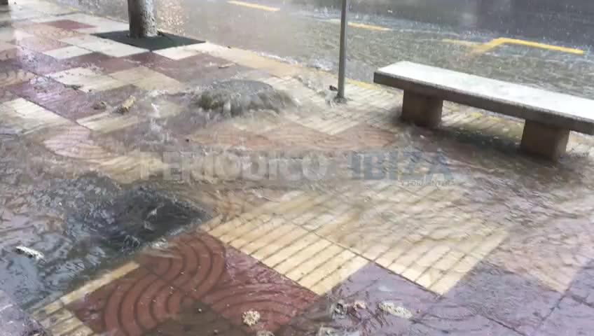 Vídeo | Una alcantarilla colapsada inunda la calle frente a los juzgados