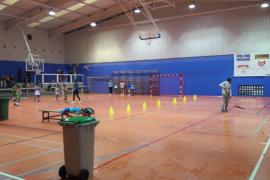 Charcos en el pabellón de es Pratet mientras los niños juegan a baloncesto