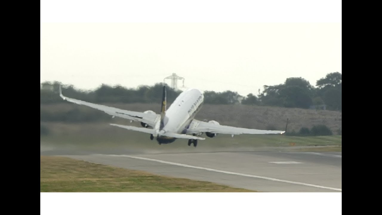 El espectacular despegue de un avión que lucha contra el viento