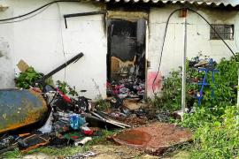 Un hombre resulta intoxicado por humo por el incendio del almacén de su casa