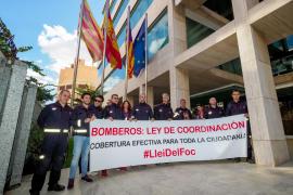 La protesta de los bomberos de Ibiza frente al Consell, en imágenes (Fotos: Marcelo Sastre).
