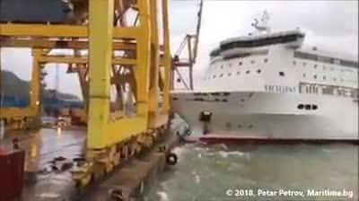 Un barco choca contra un muelle del puerto de Barcelona y provoca un incendio