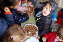 Los escolares de Ibiza disfrutan de Halloween y de las 'trencades' de frutos sectos de Tots Sants