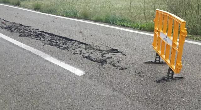 La rotura de una tubería hunde una carretera de Sant Antoni