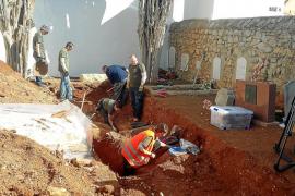 Tercer día de excavaciones sin resultados en la fosa del Cementeri Vell