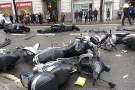Un vehículo sin control se sube a la acera y arremete contra peatones y motos estacionadas en Barcelona
