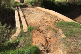 La limpieza del puente de Can Font durante las obras del sendero de Labritja deja al descubierto su estructura
