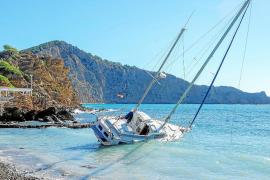 Accidentado rescate del velero varado hace diez días en la playa de es Xarco