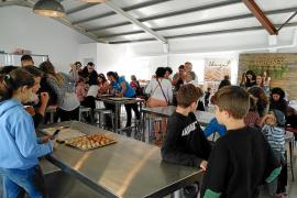 Una treintena de niños aprenden a hacer panellets en Es Graner de Can Coves